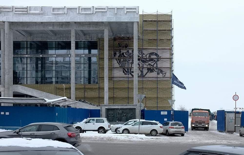 Панно с хоккеистами восстановили на фасаде Дворца спорта в Самаре